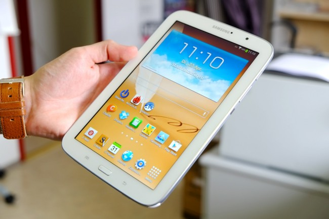 Verarbeitung: Samsung setzt wie gehabt auf Polycarbonat. Der Kunststoff gilt gemeinhin zwar nicht als edelstes Material, wirkt sich aber positiv auf das Gewicht aus.