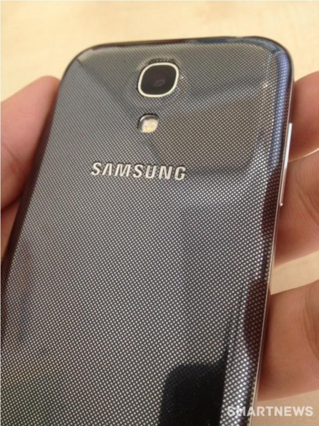 Die verspiegelte Rückseite des Samsung Galaxy S4 mini ist schwarz. (Bildquelle: AndroidAuthority)