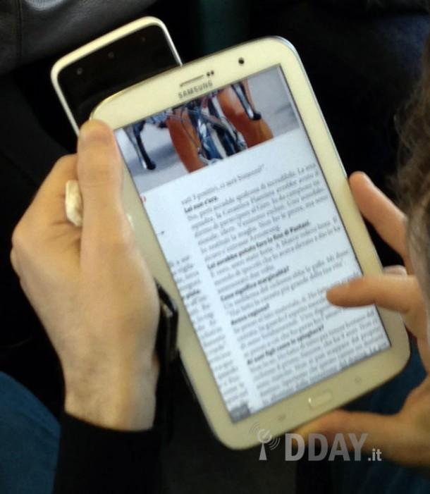 Ein unvorsichtiger Samsung Mitarbeiter hat das Galxy Note 8 in der Öffentlichkeit verwendet. Foto: DDay.it.