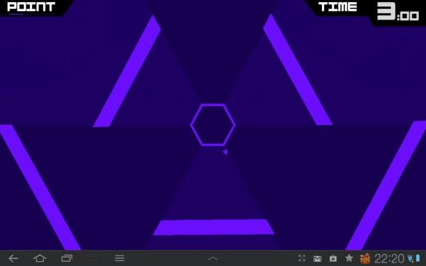 Du navigierst ein kleines Dreieck in der Mitte des Bildschirms, das sich an der Außenseite eines rotierenden Hexagons bewegt.